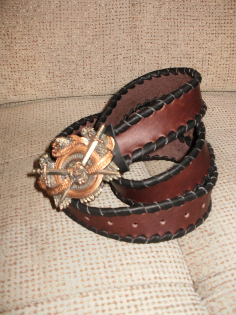 Заказать коричневый ремень с чёрной оплёткой и пряжкой ручной работы