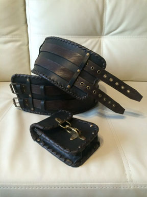 41. Широкий чёрно-коричневый кожаный байкерский пояс с подсумком.